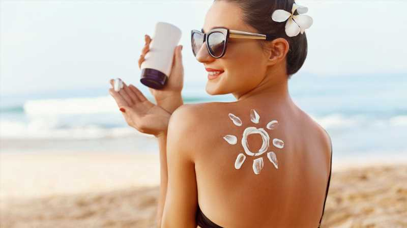 The Real Difference Between Mineral Sunscreen And Chemical Sunscreen