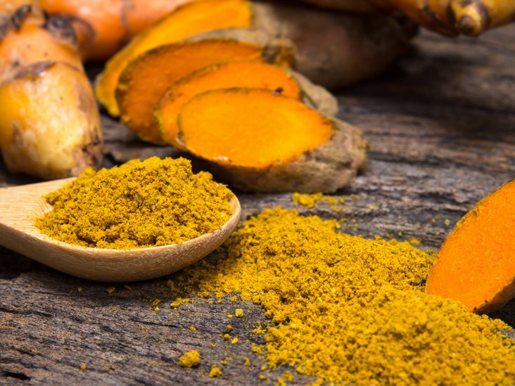 Why Turmeric Acid Is a Sure Way to Get Paparazzi Snapping Our Smiles